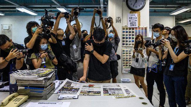 Penggerebekan polisi Hong Kong ke kantor surat kabar Apple Daily pada Kamis lalu melibatkan setidaknya 500 personel. Lima eksekutif, termasuk pemred ditahan.