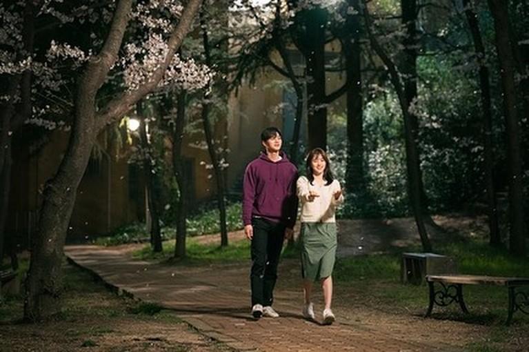 Drama Korea Nevertheless yang dibintangi Song kang dan Han So-Hee akan segera tayang. Yuk kita intip potret adegan romantis mereka!