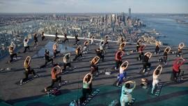 FOTO: Hening Yoga di Atap Gedung 100 Lantai