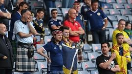 Fan Skotlandia Bugil dan Mandi di Air Mancur di London