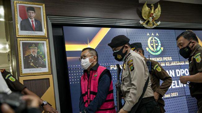 Kejaksaan Agung membawa pulang buron terpidana kasus pembalakan liar, Adelin Lis ke Jakarta. Adeline Lis jadi buronan sejak 2008.