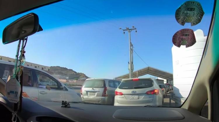 Antrean Bansos di Arab Saudi Pakai Mobil Bagus