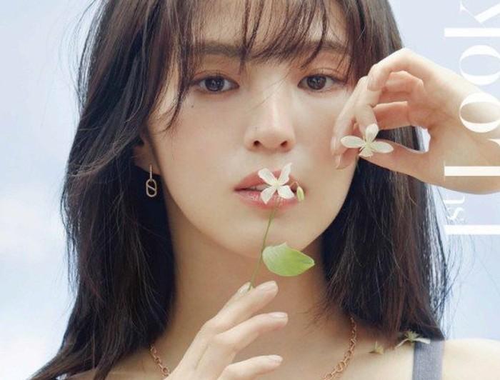 Buat yang kangen dengan akting Han So Hee, gadis yang terkenal sebagai tokoh Yeo Da Kyung ini akan segera melakukan comeback dalam drama berjudul Nevertheless bersama Song Kang. Kebayang sama perpaduan visual mereka? / foto: instagram.com/1stlookofficial
