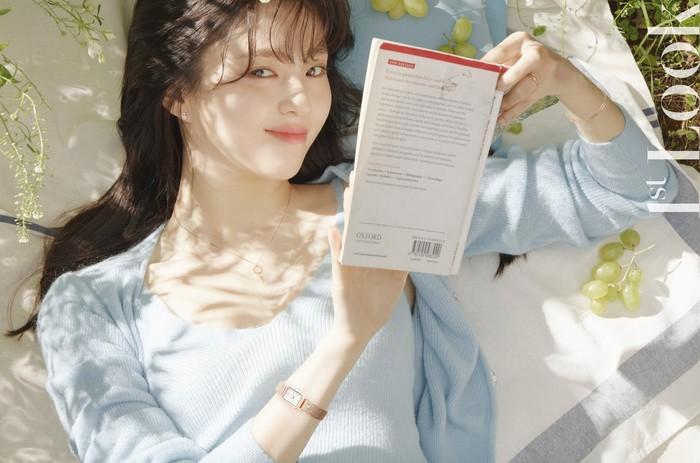 Dalam pemotretan ini, Han So Hee kembali sukses memikat perhatian netizen dengan sorot matanya yang indah. Ia berpose layaknya seorang mahasiswi yang sedang bersantai di halaman belakang kampus / foto: instagram.com/1stlookofficial
