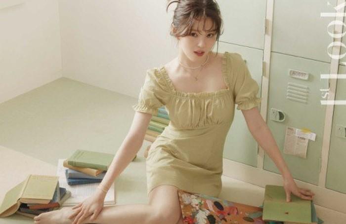 Dengan foto-foto berkualitas tinggi serta konsep yang unik, Han So Hee dengan profesional menciptakan suasana anak kuliahan. Kalau Han So Hee kuliah di kampus kamu, pasti sudah jadi primadona, ya? / foto: instagram.com/1stlookofficial