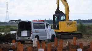 FOTO: Sibuk TPU Rorotan Kuburkan Jenazah Pasien Covid-19