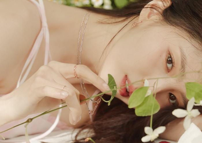 Tanggal 17 Juni 2021 lalu, 1st Look Korea mengunggah foto Han So Hee di akun instagram resmi mereka. Kali ini, Han So Hee berkolaborasi dengan brand perhiasan Stonehenge / foto: instagram.com/1stlookofficial