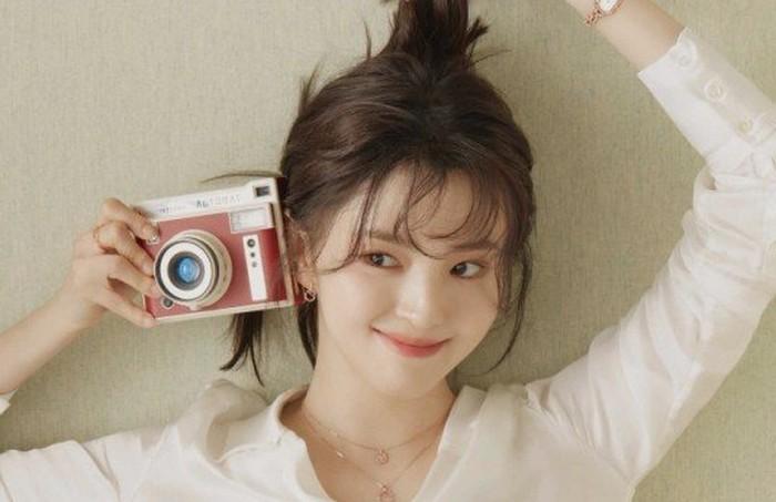 Tanpa canggung, Han So Hee membuktikan kalau dirinya memang seorang mantan model berbakat. Ia dengan lihai memainkan ekspresi dan pose-pose yang menonjolkan jiwa muda anak kuliahan. Pantas saja netizen jatuh hati / foto: instagram.com/1lookofficial