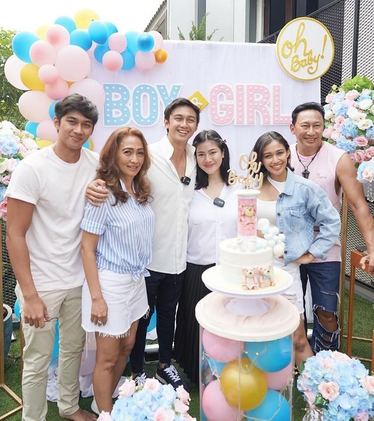 Pasangan Felicya Angelista dan Hito Caesar baru saja menggelar acara gender reveal calon bayinya. Yuk kita intip keseruannya!