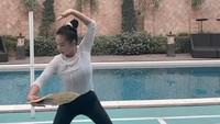 <p>Usut punya usut, ternyata Bunda empat anak ini gemar melakukan olahraga Wushu Taolu, Bunda. Krisdayanti sendiri memfokuskan diri pada jurus kipas, lho. (Foto: Instagram: @krisdayantilemos)</p>
