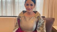 <p>Meski sudah berusia 46 tahun, ternyata pesona Krisdayanti tak pernah padam, Bunda. Ia terlihat anggun dan bercahaya saat mengenakan pakaian yang terbuat dari kain tradisional. (Foto: Instagram: @krisdayantilemos)</p>