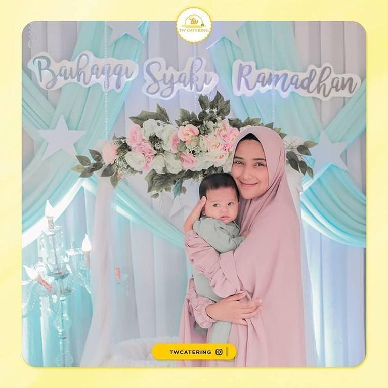 Acara syukuran dan akikah Baihaqqi Syaki Ramadhan putra Nadya Mustika baru saja digelar. Rizky DA tampak tak hadir. Yuk kita intip!