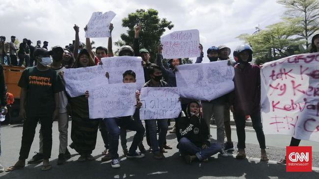 Ratusan warga Bangkalan, Madura, mendatangi Balai Kota Surabaya. Mereka memprotes kebijakan Eri Cahyadi yang menerapkan penyekatan dan swab test di Suramadu.