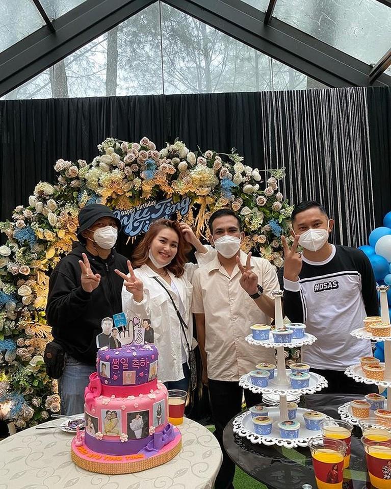 Ayu Ting Ting baru saja merayakan ulang tahunnya yang ke 29 tahun. Yuk kita intip keseruannya!