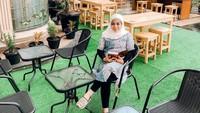 <p>Area bangunan dengan teras yang luas dimanfaatkan oleh Muzdalifah sebagai lahan usaha. Ia membuka kafe yang menyajikan berbagai kuliner. (Foto: Instagram: @terasmuzda)</p>