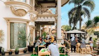 <p>Kafe tersebut dibangun di area teras rumah yang sejuk. Bangunan mewah bernuansa keemasan memberi sentuhan mewah pada kafe tersebut. (Foto: Instagram: @terasmuzda)</p>