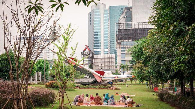 Jangan berekspektasi melihat hutan rimbun saat piknik di sini, karena pengunjung malah disuguhi pemandangan hutan beton Jakarta.