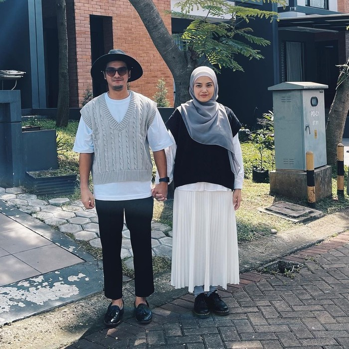 Ada juga potret keduanya yang nampak kekinian dengan menggunakan vest rajut. Suami-istri yang satu ini pilih kombinasi warna grey, white, dan hitam untuk outfit-nya tersebut. (Instagram.com/herfiza)