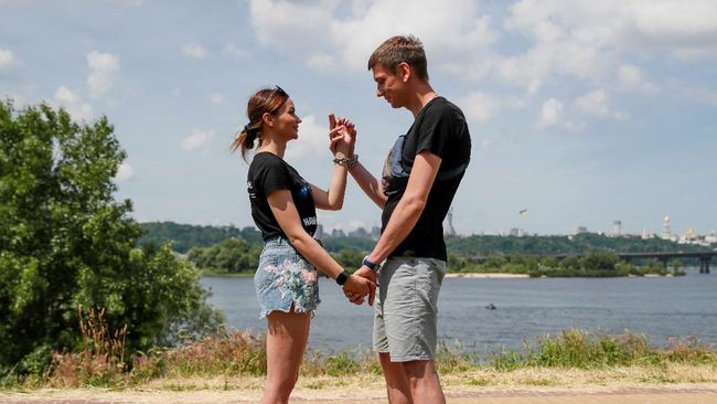 Sepasang kekasih putus setelah memborgol tangan mereka bersama selama 123 hari. Apa penyebabnya?