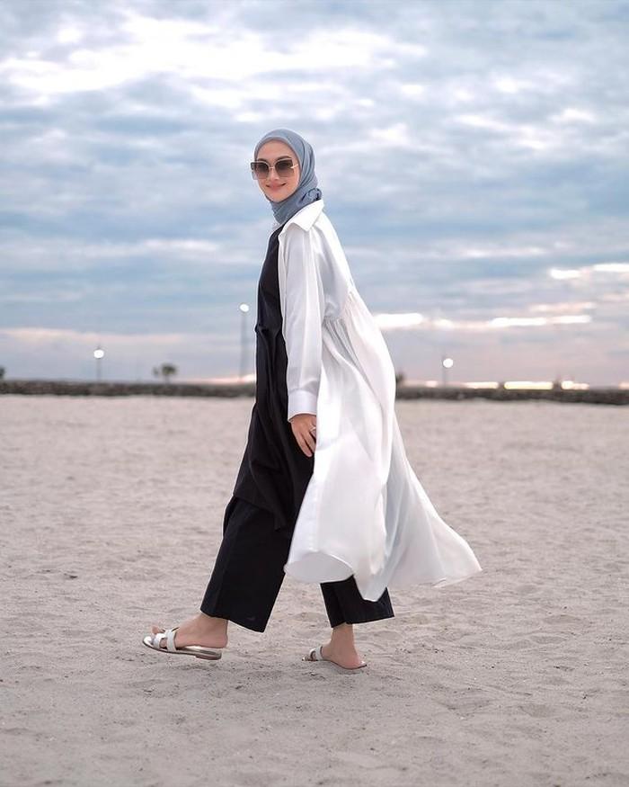Buat kamu yang suka casual look dan santai, bisa padankan jumpsuit dengan longouterwear.Bisa juga gunakan kemeja panjangmu untuk dijadikan outer, sepertiOOTD Indah Nada Puspita berikut. (foto:instagram.com/indahnadapuspita)