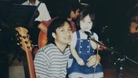 <p>Kilas balik ketika Chika masih kecil bersama sang ayah, Katon Bagaskara. Imut ya, Bunda? (Foto: Instagram @chikabagaskara)</p>