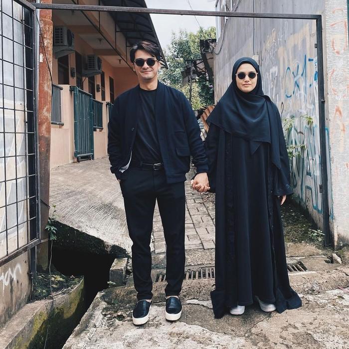 Dengan outfit serba hitam, Herfiza dan Sang suami Ricky Harun terlihat begitu menawan. Jika Herfiza menggunakan gamis dan hijab berwarna hitam, Ricky menggunakan t-shirt dipadu dengan outer dan jeans berwarna senada. (Instagram.com/herfiza)