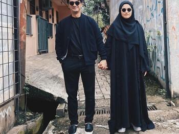Pose gandeng tangan menjadi khas pasangan muda yang satu ini. Walau nampak sederhana, keharmonisan keluarga Ricky Harun dan Herfiza dapat tergambarkan ya, Beautynesian! (Instagram.com/herfiza)