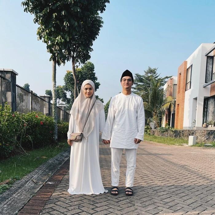 Di Hari Raya Idul Fitri beberapa waktu lalu, keduanya kompak mengenakan busana berwarna putih yang identik dengan nuansa lebaran. Herfiza cantik dengan gamisnya dan Ricky dengan setelan baju koko berwarna putih senanda. (Instagram.com/herfiza)