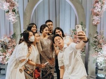 Di penghujung acara terdapat sesi foto bersama para tamu undangan. Tak hanya berfoto dengan gaya formal, mereka juga melakukan selfie dengan gaya bebas, lho! Bahagia selalu Winona dan Galih. (foto: instagram.com/nonawilly16)