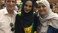 <p>Khalid Schoemaker juga pernah menghadiri acara wisuda Shireen Sungkar bersama istri tercinta. Mereka kompak berpose di hari bahagia sang putri. (Foto: Instagram: @khalid_schoemaker)</p>