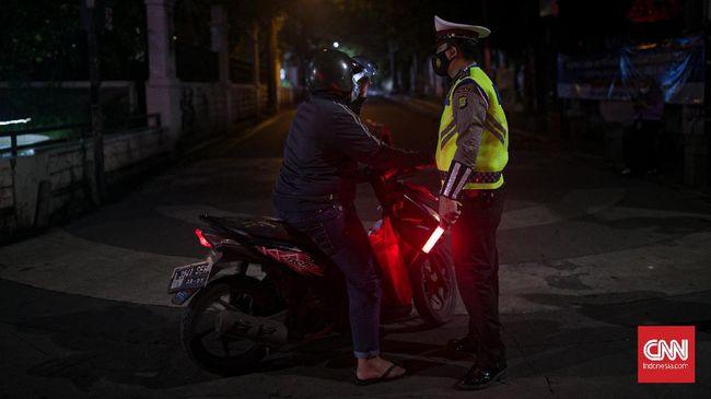 Polisi menyatakan pesan berantai di grup WhatsApp tentang sanksi berkendara malam hari di DKI Jakarta adalah info bohong atau hoaks.