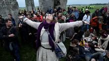 Puluhan Orang Nekat ke Stonehenge Demi Tatap Matahari