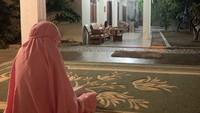 <p>Tak hanya siang hari, saat malam pun keasrian di rumah Zaskia dan Hanung tetap terasa, Bunda. Zaskia bahkan menyempatkan salat di teras rumah saat bulan Ramadhan, lho. Foto: Instagram: @zaskiadyamecca</p>