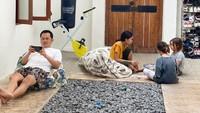 <p>Artis cantik Zaskia Adya Mecca dan suami, Hanung Bramantyo, memutuskan untuk pergi ke Yogyakarta nih, Bunda. Ternyata rumah mereka di sana sempat viral di TikTok karena sangat asri, lho. (Foto: Instagram: @zaskiadyamecca)</p>
