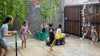 <p>Rumah Zaskia juga memiliki area yang luas agar kelima anaknya bisa bermain secara bersamaan, Bunda. Dihiasi dengan tumbuhan hijau, suasana rumah Zaskia makin terlihat adem, ya. ( Foto: Instagram: @zaskiadyamecca)</p>