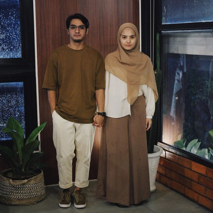 Seperti potretnya ini, Ricky dan Herfiza terlihat kompak mengenakan outfit bernuansa ivory - chocolate. Jika Sang suami mengenakan atasan coklat, berbanding terbalik dengan Herfiza yang mengenakan atasan berwarna ivory. (Instagram.com/herfiza)