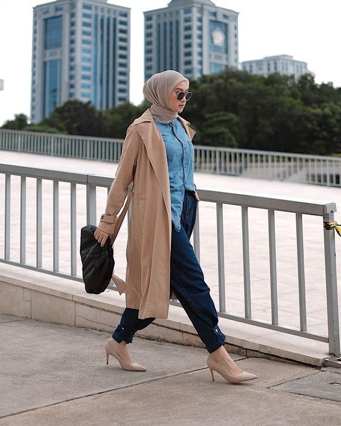 Ternyata cocok juga kalau long coat di-mix and match dengan kemeja dan celana berbahan katun. Bisa juga untuk style ke kantor nih, Ladies! Gunakan heels untuk menambah kesan elegan, ya.(foto:instagram.com/indahnadapuspita)