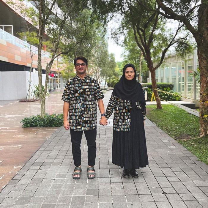 Untukmu yang ingin menggunakan outfit couple tapi anti norak, coba referensi yang satu ini deh! Ricky dan Herfiza kompak kenakan kemeja couple dengan bawahan berwarna hitam. (Instagram.com/herfiza)