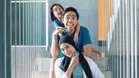 <p>Sebelum mendapat julukan family goals, pasangan Ayudia Bing Slamet dan Ditto sudah mendapat julukan couple goals, Bunda. Usut punya usut, ternyata mereka sudah bersahabat sejak duduk di bangku sekolah, lho. (Foto: Instagram: @ayudiac)</p>