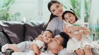 <p>Keluarga Chelsea Olivia dan Glenn Alinskie sering dijuluki sebagai family goals nih, Bunda. Kini, Olivia dan Glenn sudah dikaruniai dua orang anak bernama Nastusha Olivia dan Dante Oliver, lho. (Foto: Instagram: @chelseaoliviaa)</p>