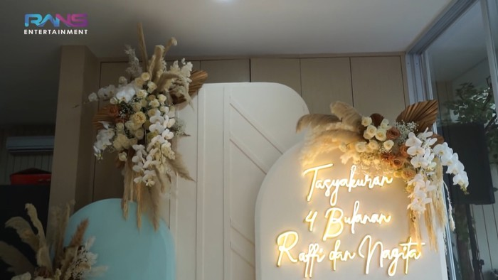 Dalam acara tersebut, dekorasi dengan dominan warna putih dan sedikit penambahan warna biru cerah terlihat menghiasi ruangan rumah Raffi Ahmad. (Foto: Youtube.com/RansEntertainment)