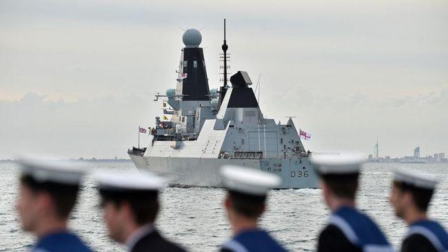 Kementerian Pertahanan Inggris membantah kapal perang mereka menjadi sasaran tembakan militer Rusia.