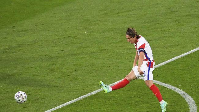 Luka Modric mencetak gol ajaib untuk membawa Kroasia unggul atas Skotlandia dalam pertandingan Euro 2020 (Euro 2021).