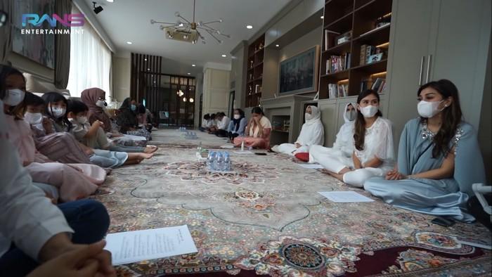 Memasuki acara inti yaitu pengajian dan doa bersama, terlihat potret keluarga besar Raffi Ahmad dan Nagita Slavina memenuhi ruangan tempat acara berlangsung. (Foto: Youtube.com/RansEntertainment)