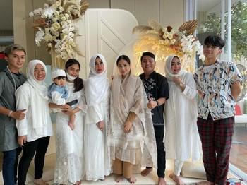 Pada momen tersebut, tidak hanya keluarga Raffi dan Gigi saja yang hadir, namun terlihat juga kehadiran Dimas Ahmad yang kini telah menjadi bagian dari keluarga Raffi Ahmad. (Foto: Instagram.com/dimas_baam)
