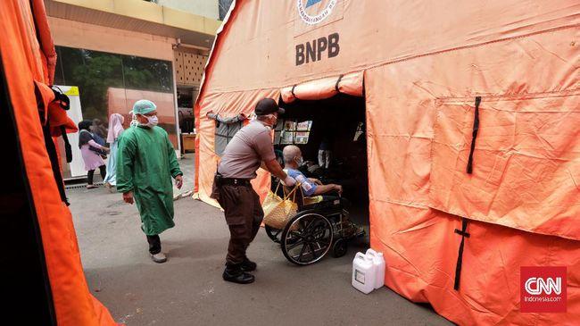 Tiga tenda darurat berdiri di halaman parkir RSUD Bekasi sebagai tempat skrining para pasien Covid-19.