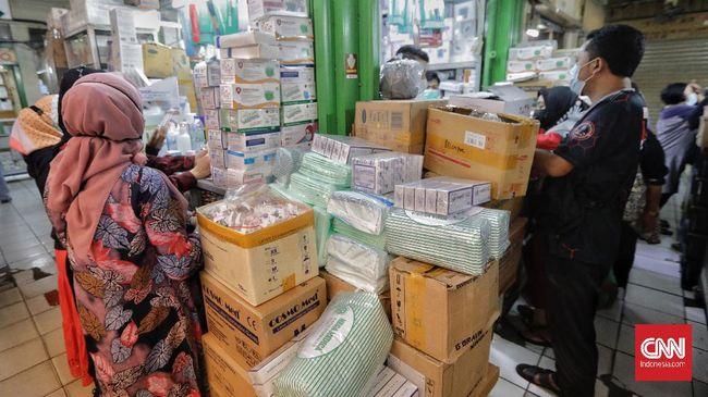 Harga obat dan vitamin di Pasar Kramat Jati naik sekitar 5 persen sampai 10 persen di tengah lonjakan kasus corona belakangan ini.