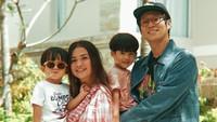 <p>Putri Titian dan Junior Liem sering membuat netizen iri dengan kekompakannya saat bersama si kecil, Theodore dan Mykah, Bunda. Enggak heran deh kalau mereka sering dijuluki family goals. (Foto: Instagram: @putrititian)</p>