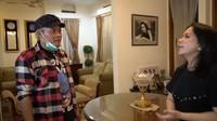 <p>Rumah Iis Sugianto ternyata sangat mewah lho, Bunda. Pada ruangan setelah pintu masuk, Iis meletakkan meja Bunda dan sebuah pajangan kristal. (Foto: YouTube Iis Sugianto New TV)</p>