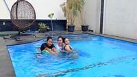 <p>Kolam renang adalah salah satu hal yang wajib ada di rumah mewah Sirajuddin dan Zaskia.Mereka memiliki kolam renang yang cukup besar, lho. Sirajuddinsendiri diketahui seorang pengusaha tajir. (Foto: Instagram: @zaskia_gotix)</p>